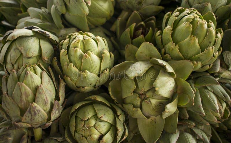 Schließen Sie oben von der frischen Artischocke der Gruppe an einem Landwirtmarkt Gesunde Nahrung Organischer Hintergrund stockfoto