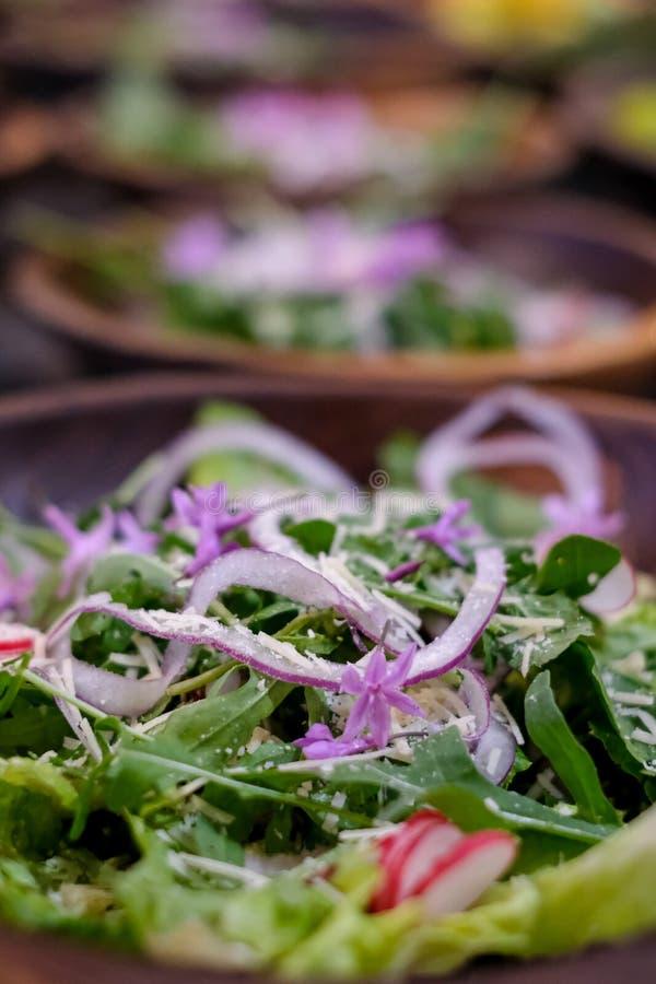 Schließen Sie oben von der frischen Salatschüssel mit Blumen des Kopfsalates, der roten Zwiebel, des Rettichs und des Borage lizenzfreie stockfotos