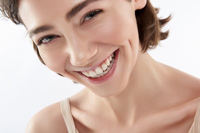 Schließen Sie oben von der frohen brunette Frau auf Weiß stockfoto
