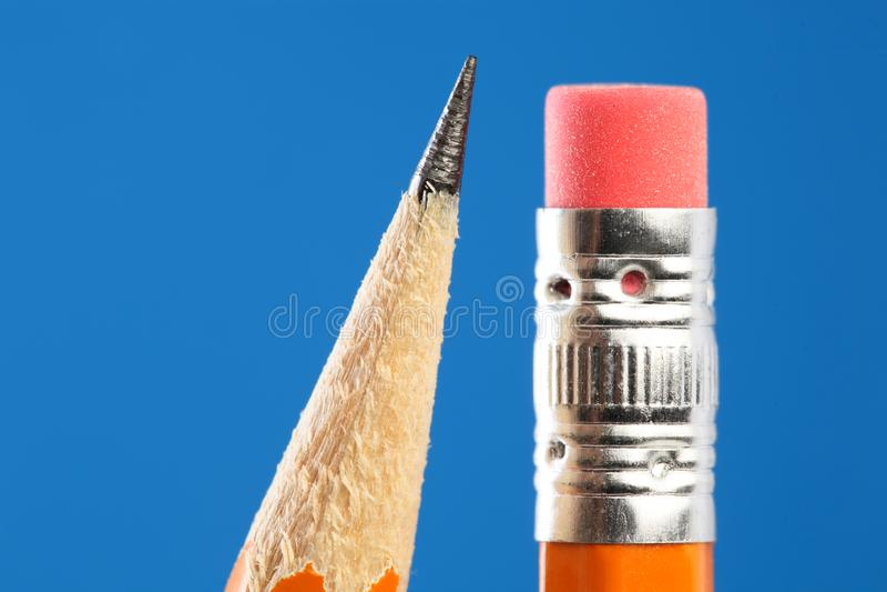 Schließen Sie oben von der gelben Bleistiftspitze und -radiergummi stockfotografie