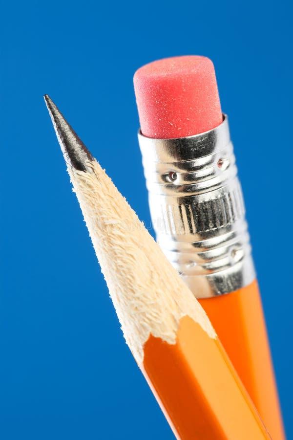 Schließen Sie oben von der gelben Bleistiftspitze und -radiergummi stockfotos