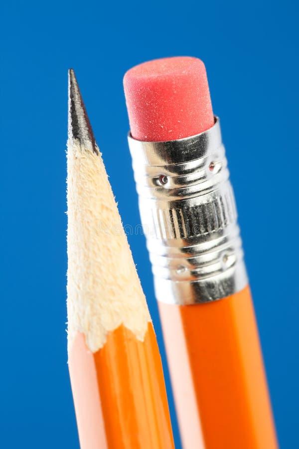 Schließen Sie oben von der gelben Bleistiftspitze und -radiergummi lizenzfreies stockfoto