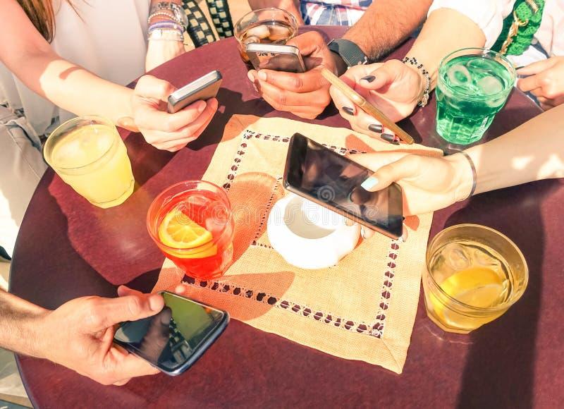 Schließen Sie oben von der gemischtrassigen Freundgruppe mit intelligenten Mobiltelefonen lizenzfreie stockfotografie