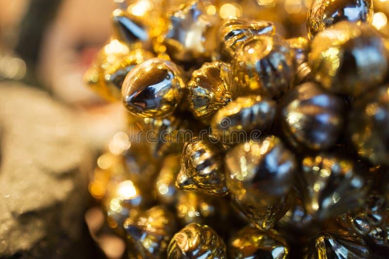 Schließen Sie oben von der goldenen Weihnachtsdekoration lizenzfreie stockfotografie