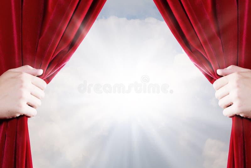 Schließen Sie oben von der Hand, die roten Vorhang öffnet stockfotos