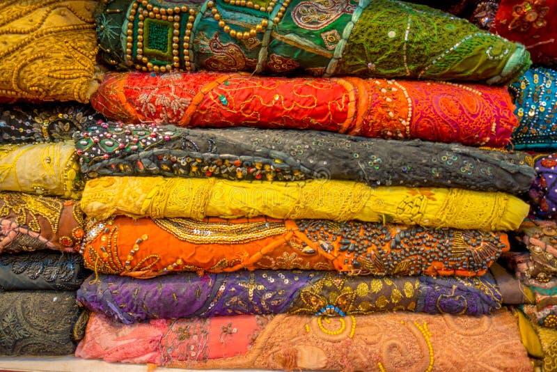 Schließen Sie oben von der indischen traditionellen Frauen-Sarikleidung auf Markt Kaufender Hochzeits-Sari in Jaipur Bunter schön stockbild