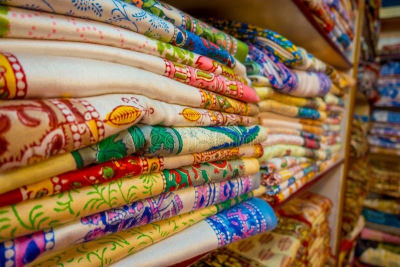 Schließen Sie oben von der indischen traditionellen Frauen-Sarikleidung auf Markt Kaufender Hochzeits-Sari in Jaipur Bunter schön lizenzfreies stockbild