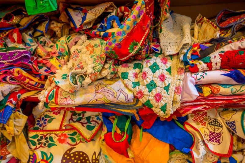 Schließen Sie oben von der indischen traditionellen Frauen-Sarikleidung auf Markt Kaufender Hochzeits-Sari in Jaipur Bunter schön lizenzfreie stockbilder