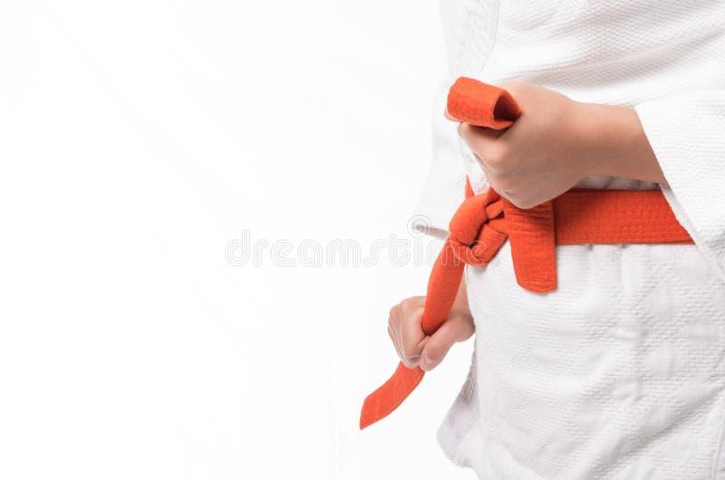 Schließen Sie oben von der Judouniform, JudoGi, wenn der Gurt auf Weiß lokalisiert ist stockfotos