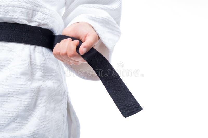 Schließen Sie oben von der Judouniform, JudoGi, wenn der Gurt auf Weiß lokalisiert ist stockfotografie