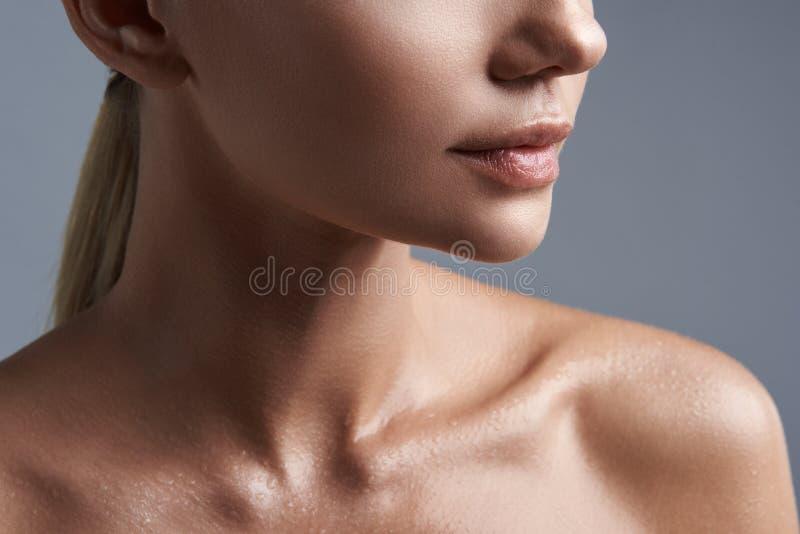 Schließen Sie oben von der jungen Frau, die nasse Haut bei allein stehen hat stockbild
