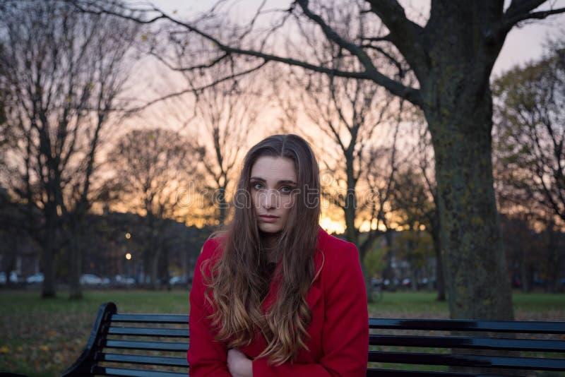 Schließen Sie oben von der jungen Frau, die Schwierigkeiten der psychischen Gesundheit hat stockfotografie