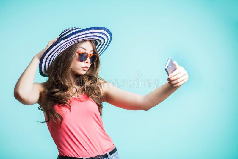 Schließen Sie oben von der jungen Schönheit, die selfie nimmt lizenzfreie stockbilder