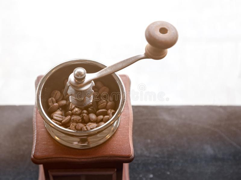 Schließen Sie oben von der Kaffeemühle mit Kaffeebohne nach innen lizenzfreie stockfotos