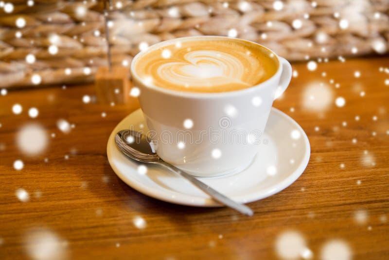 Schließen Sie oben von der Kaffeetasse mit Herzformzeichnung lizenzfreies stockbild