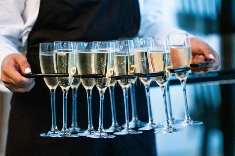 Schließen Sie oben von der Kellnerin Serving Glasses Of Champagne At Event lizenzfreie stockfotos