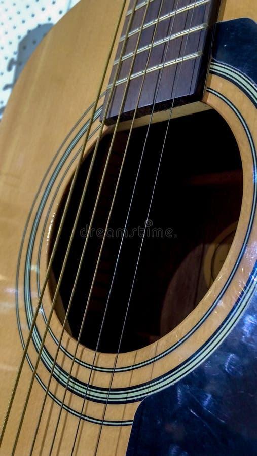 Schließen Sie oben von der klassischen Akustikgitarre und von den Schnüren stockfoto