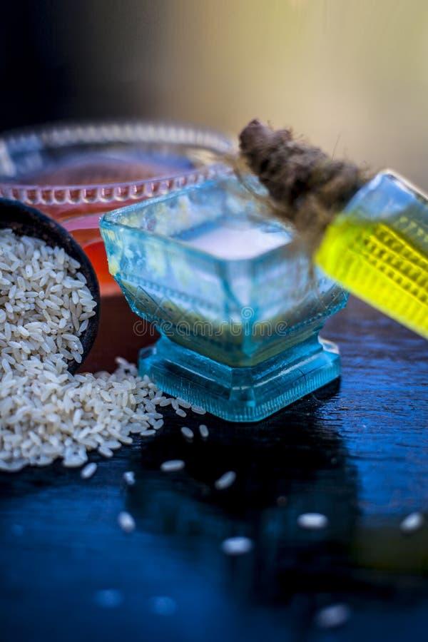 Schließen Sie oben von der Kräutergesichtsmaske Reismehl mit Rizinusöl und Rosenwasser verwendete, um zu verringern oder Reinigun lizenzfreie stockfotos