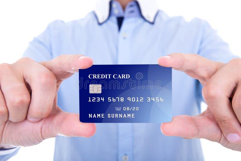 Schließen Sie oben von der Kreditkarte in den Geschäftsmannhänden, die auf Weiß lokalisiert werden stockbild