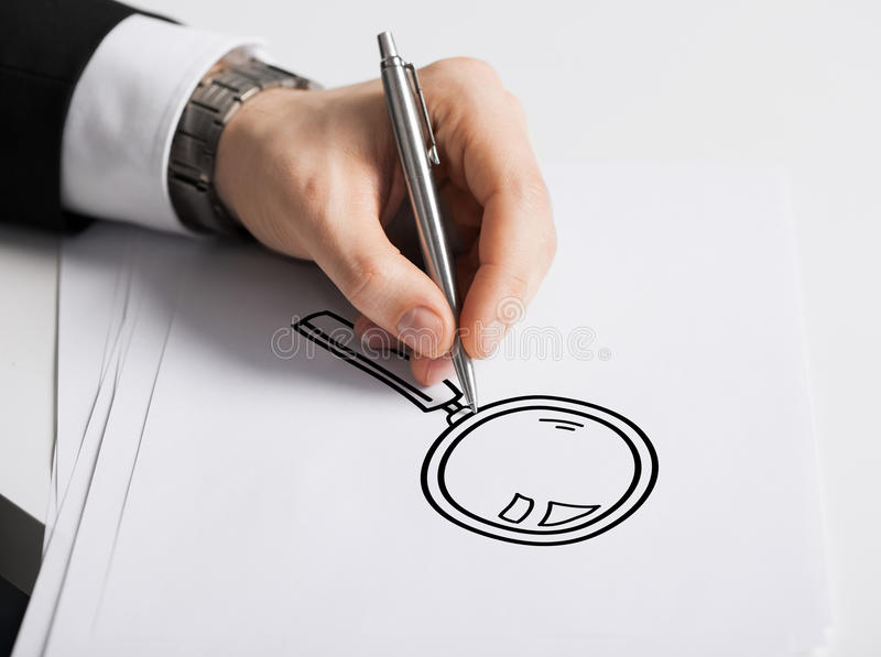 Schließen Sie oben von der männlichen Hand mit Federzeichnungsdiagramm stockfotografie