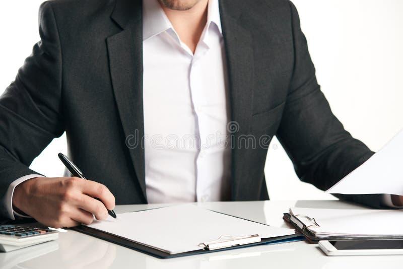 Schließen Sie oben von der menschlichen Hand, die ein Dokument unterzeichnet lizenzfreies stockbild