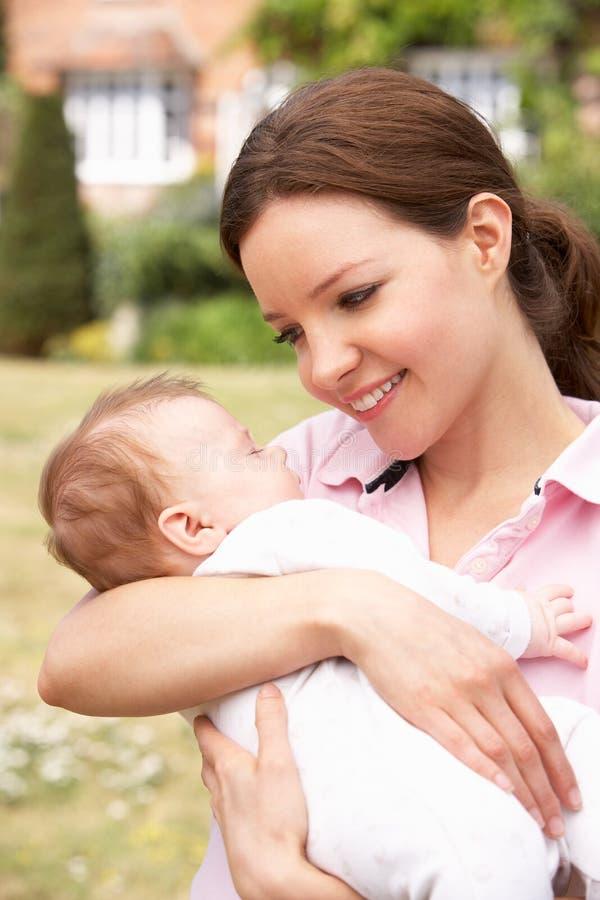 Schließen Sie oben von der Mutter, die neugeborenes Baby streichelt, übertreffen stockfotos