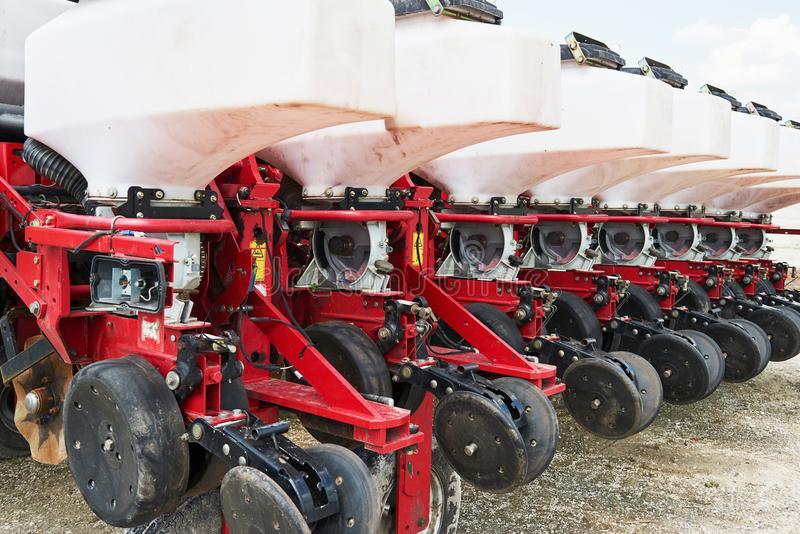 Schließen Sie oben von der Sämaschine, die zum Traktor auf dem Gebiet befestigt wird Landwirtschaftliche Maschinerie für Frühling lizenzfreies stockbild