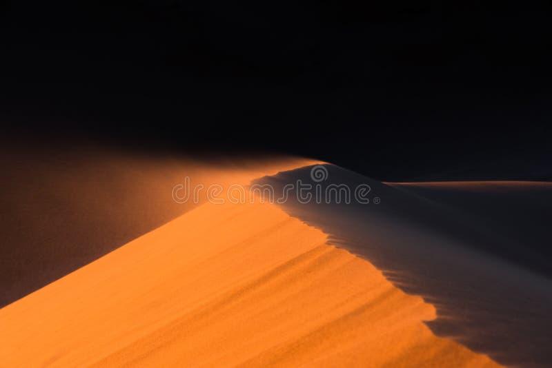Schließen Sie oben von der Sanddüne, die durch den Wind, Wüste von Sahara bewegt wird stockbilder