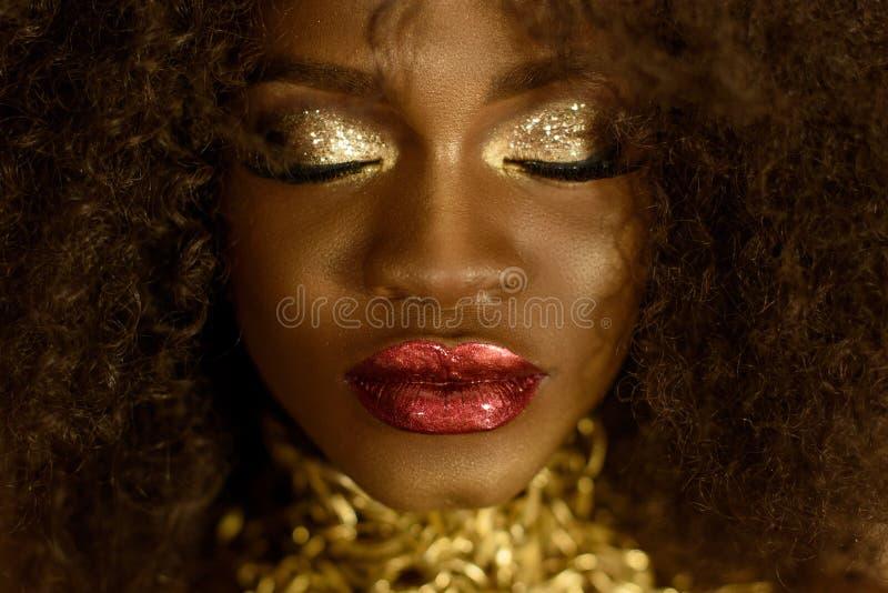 Schließen Sie oben von der schönen eleganten Afroamerikanerfrau Mädchen, das mit geschlossenen Augen und Schmuck, tragende modern stockfoto