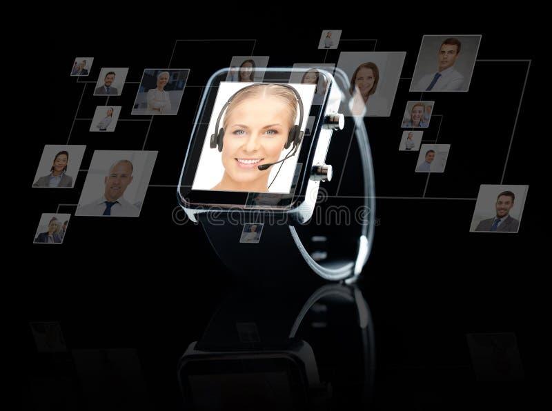 Schließen Sie oben von der schwarzen intelligenten Uhr mit den on-line Kontakten lizenzfreie stockbilder