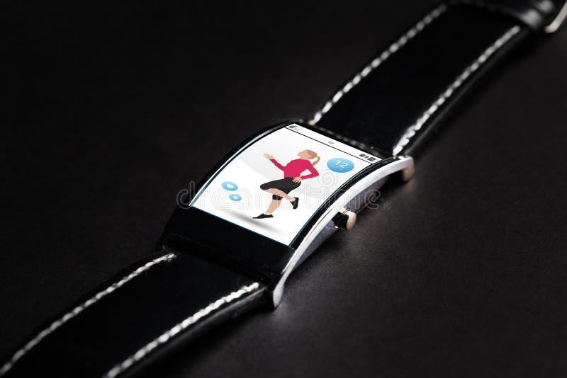 Schließen Sie oben von der schwarzen intelligenten Uhr mit Eignungs-APP stockfotos
