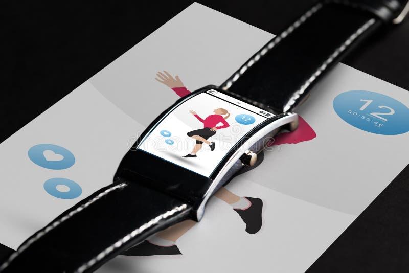 Schließen Sie oben von der schwarzen intelligenten Uhr mit Eignungs-APP lizenzfreies stockbild