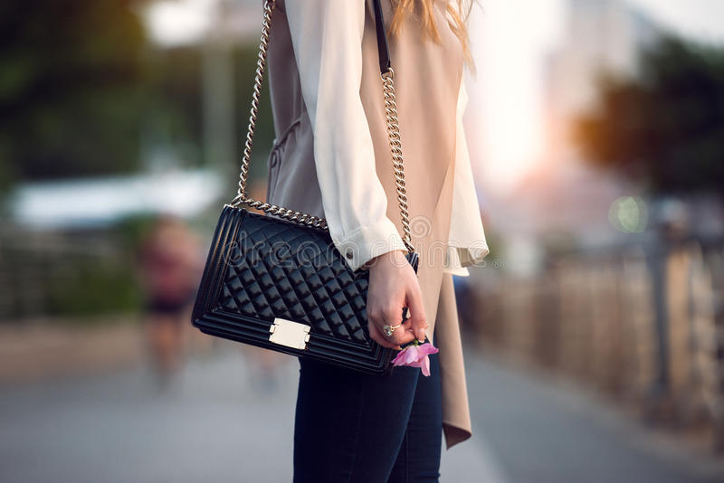 Schließen Sie oben von der stilvollen weiblichen schwarzen Ledertasche draußen Teure weibliche Tasche der modernen und Luxusart lizenzfreies stockfoto