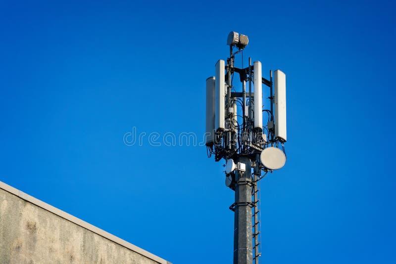 Schließen Sie oben von der Telekommunikation hochragen Mast lizenzfreie stockbilder