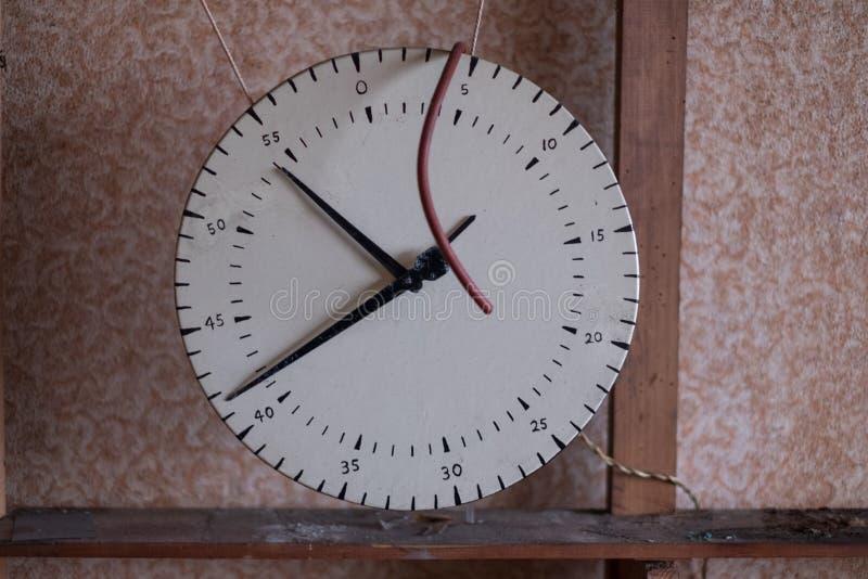 Schließen Sie oben von der ursprünglichen Uhr in aufgegebenem dreißiger Jahre deco Haus, Rayners-Weg-Egge Großbritannien lizenzfreie stockbilder