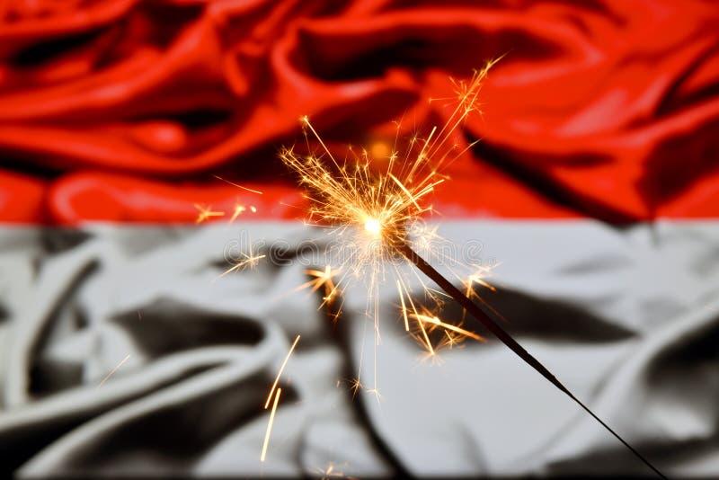 Schließen Sie oben von der Wunderkerze, die über Indonesien, indonesische Flagge brennt Feiertage, Feier, Parteikonzept stockfotos