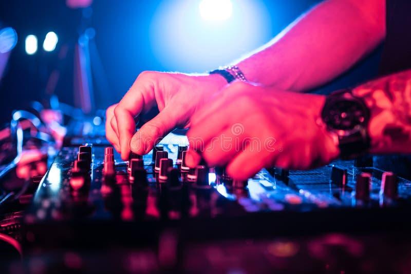 Schlie?en Sie oben von DJ-H?nden, die Musik-Tabelle in einem Nachtklub steuern lizenzfreies stockbild