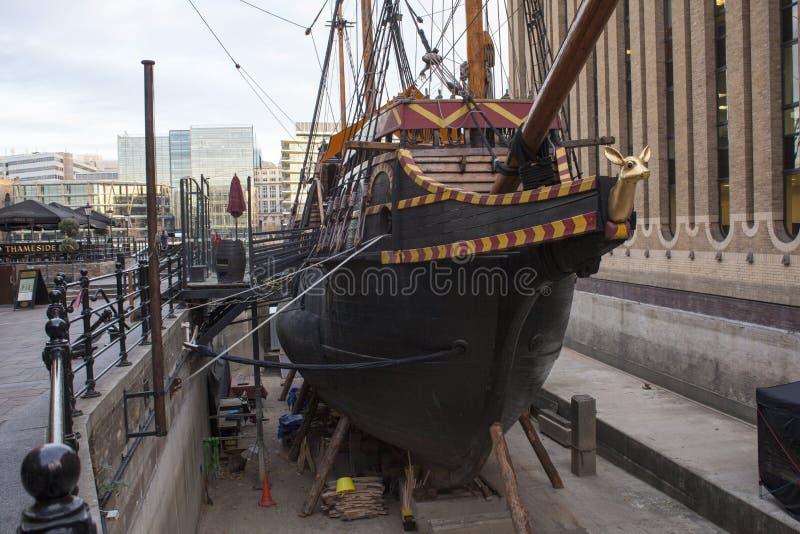 Schließen Sie oben von einem alten Handelsschiff ohne Wasser im Hafen in London, Vereinigtes Königreich stockbilder