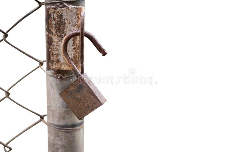Schließen Sie oben von einem alten Verschluss und von einer rostigen Kette auf einem Eisentor stockfotos