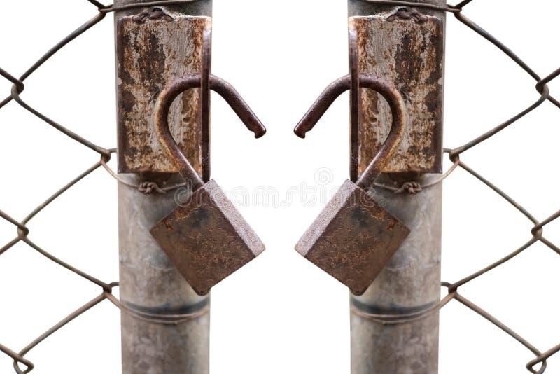 Schließen Sie oben von einem alten Verschluss und von einer rostigen Kette auf einem Eisentor lizenzfreies stockfoto