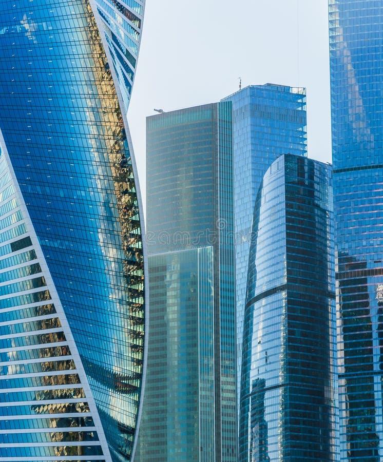Schließen Sie oben von einem Bürogebäude, das vom Glas hergestellt wird lizenzfreie stockfotos