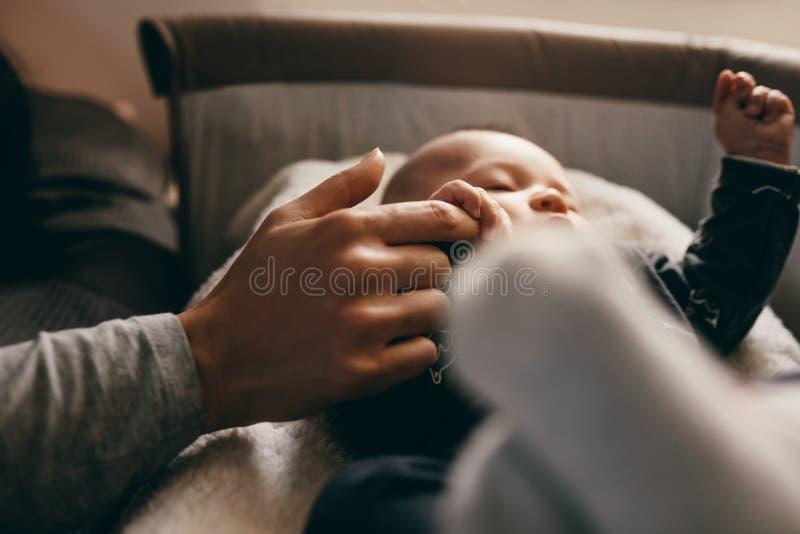 Schließen Sie oben von einem Baby, das auf seiner Krippe schläft stockfotografie