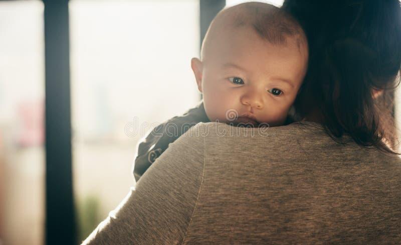 Schließen Sie oben von einem Baby mit ihrer Mutter stockfotografie
