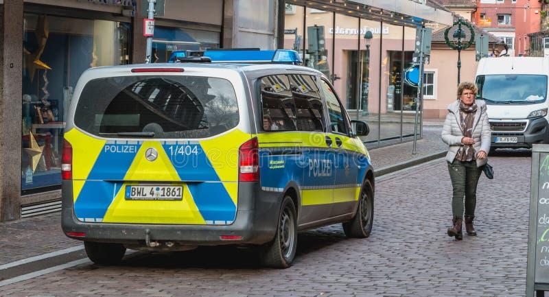 Schließen Sie oben von einem deutschen Polizeiwagen, der in einer Straße von Freiburg I geparkt wird lizenzfreie stockfotos