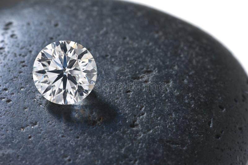Schließen Sie oben von einem Diamanten auf dem Stein stockbild