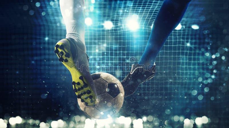 Schließen Sie oben von einem Fußballschlaggerät, das zu den Tritten den Ball im Fußballziel bereit ist lizenzfreies stockbild