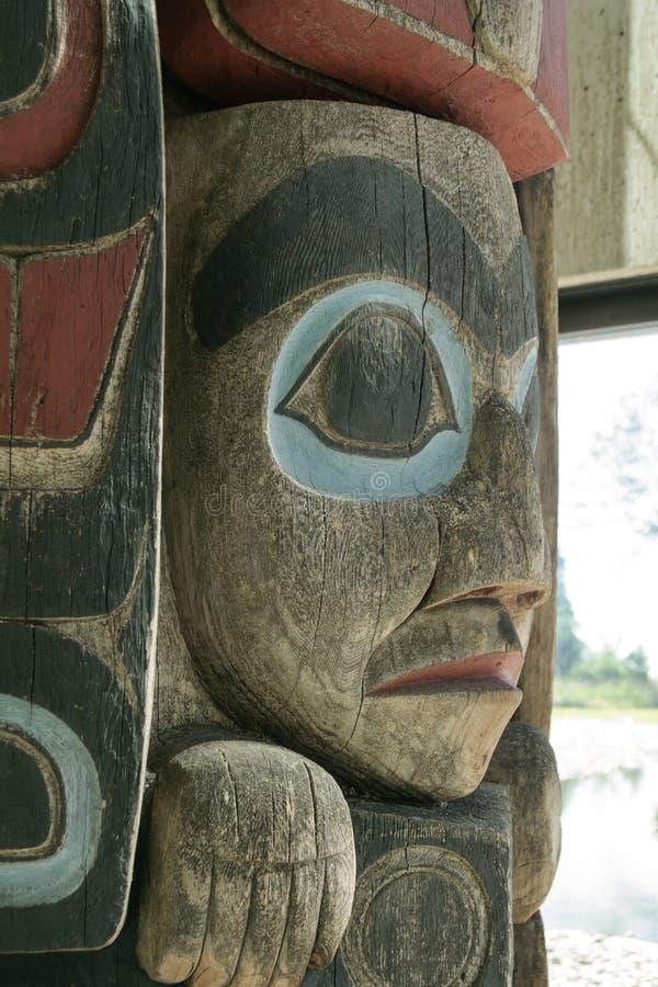 Schließen Sie oben von einem Gesicht auf einem Totempfahl in Vancouver, Kanada lizenzfreies stockbild