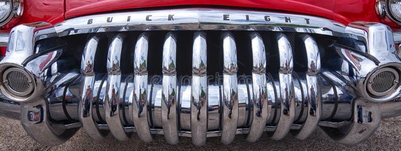 Schließen Sie oben von einem glänzenden Chromgrill Buicks acht lizenzfreies stockfoto