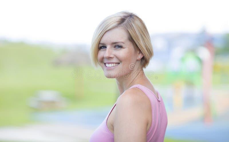 Schließen Sie oben von einem glücklichen blonden Frauen-Lächeln stockfotografie