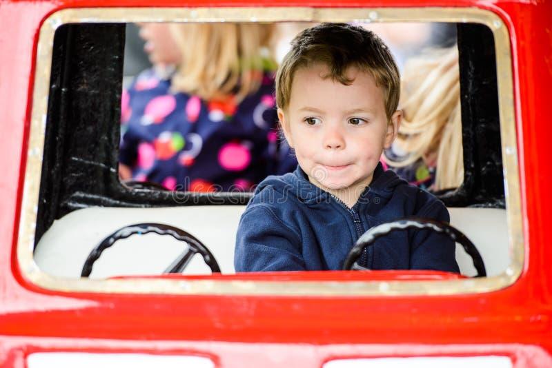Schließen Sie oben von einem Jungen auf einem Karussell-Auto #3 lizenzfreie stockfotografie